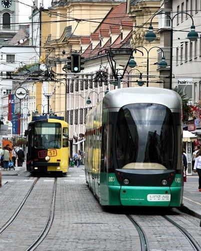 Foto Fussgängerzone mit Straßenbahn